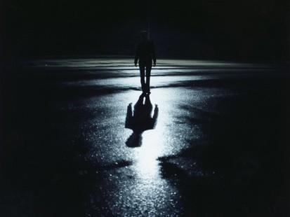 berjalan di kegelapan