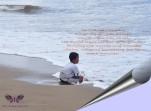 sendiri di tepi pantai